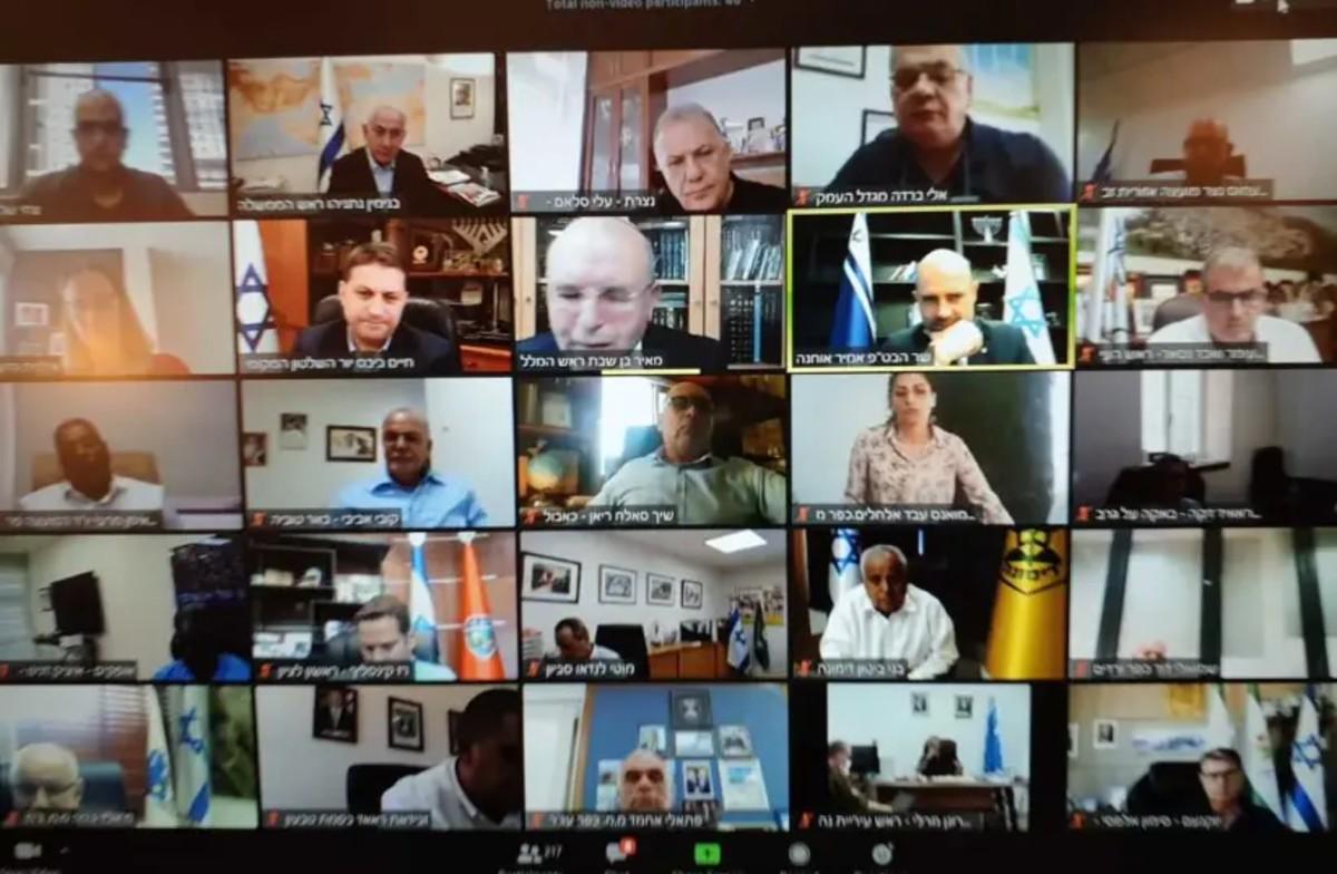 imagen de muchas pantallas de los participantes en el zoom sobre el coronavirus