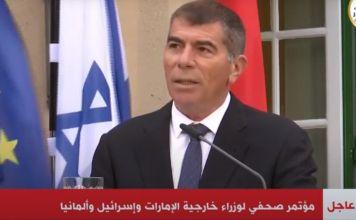 Ashkenazi pronuncia un discurso que emite la TV egipcia, con las banderas de Israel, Emiratos y Alemania detrás