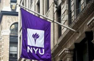Bandera la universidad color violeta colgando de la pared del edificio