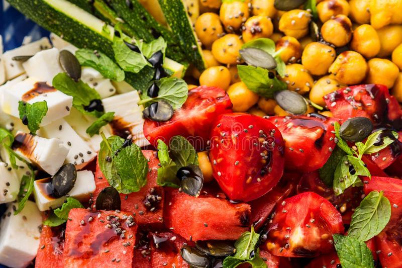 Con inspiración en la ensalada de sandía tradicional israelí, creamos esta receta que incorpora garbanzos, verduras y tomates dulces