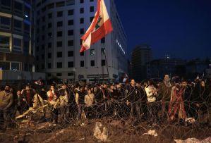 Manifestantes libaneses cerca de una zona habitacional