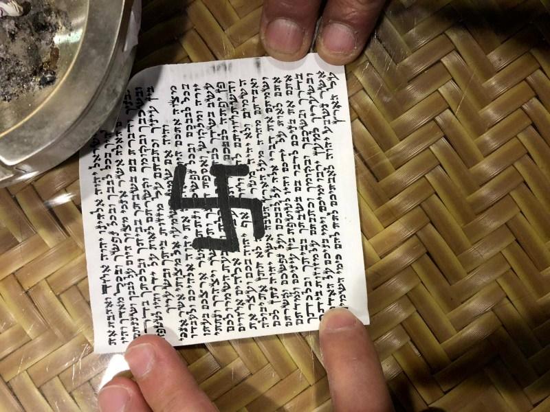 La mezuzá en la entrada de la sinagoga Tiferet Israel en Berlín fue encontrada dañada la semana pasada con una esvástica dibujada en el pergamino