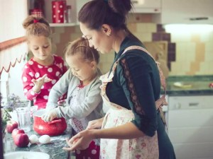 Una madre y dos hijas conviviendo durante la pandemia en la cocina