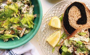 Esta receta de ensalada de pescado blanco con labneh y limón es tan versátil y sabrosa que se puede preparar totalmente a tu gusto, no la dejes de probar