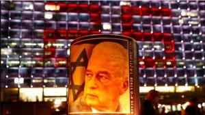 Una veladora con la imagen del fallecido líder Yitzhak Ravin frente al número 25 formado por luces en el 25 aniversario de su asesinato