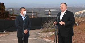 Mike Pompeo, secretario de Estado de EE. UU., junto al canciller de Israel, Gabi Ashkenazi, en los Altos del Golán