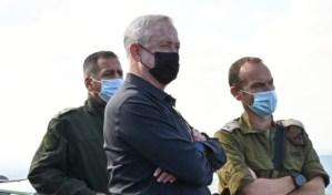 Benny Gantz junto con dos oficiales del Ejército de Israel