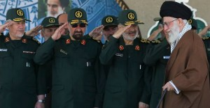 Miembros de la Guardia Revolucionaria Islámica de Irán frente al ayatola Ali Jamenei