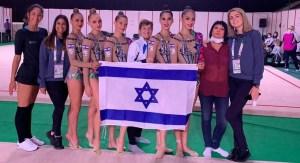 Equipo de gimnasia de Israel con una bandera nacional