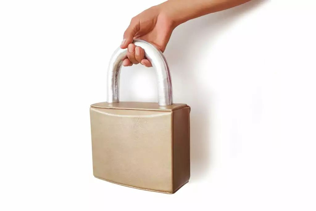 Uno de los bolsos creados por Kobi Levi que asemeja un candado inspirada por el confinamiento