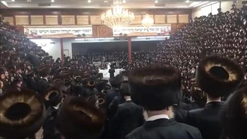 Ultraortodoxos de la dinastía Satmar en una boda multitudinaria en 2020