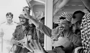 Yasser Arafat junto a otras personas en la década de los 80