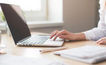 Imagen de una mujer frente a una computadora portátil