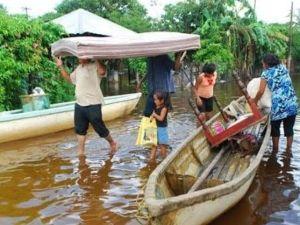 Afectados por las lluvias e inundaciones en Tabasco acarrean sus bienes