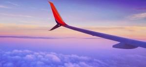 Fotografía del ala de un avión en pleno vuelo