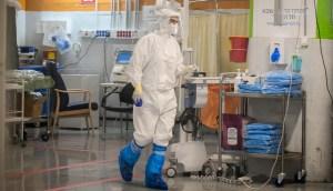 Miembro del personal médico del área COVID-19 del Centro Médico Sheba