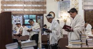 Judíos rezando en una sinagoga de Irán