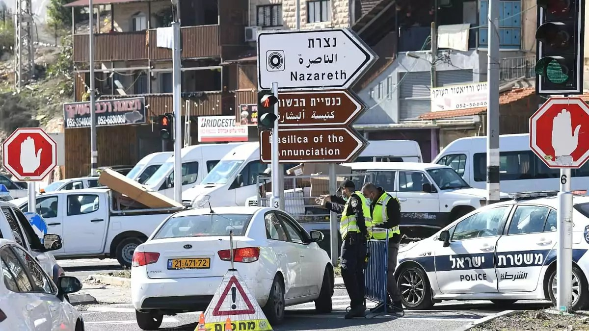 Policías de Israel durante un confinamiento por COVID-19