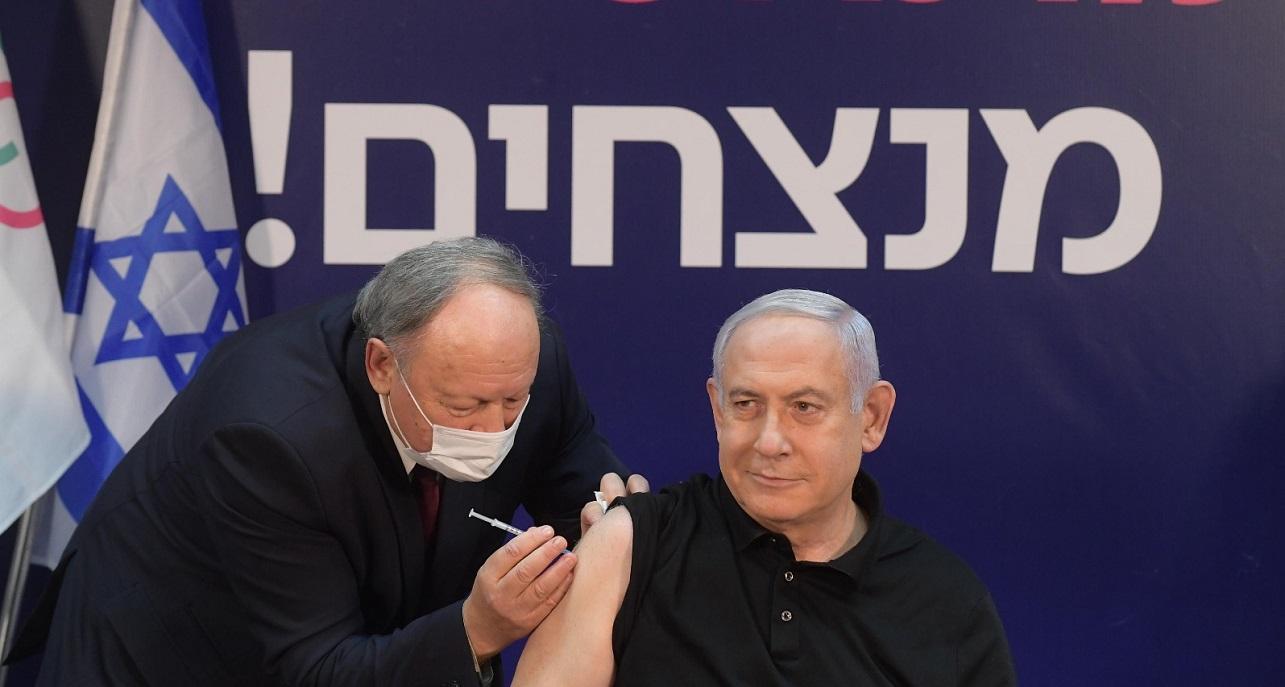 El primer ministro de Israel, Benjamín Netanyahu, recibe la vacuna contra COVID-19 de Pfizer-BioNTech