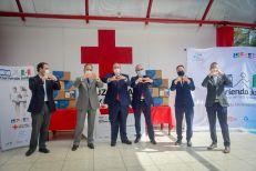 Funcionarios de la Embajada de Israel en México y de la Cruz Roja Mexicana celebrando la entrega de ayuda.