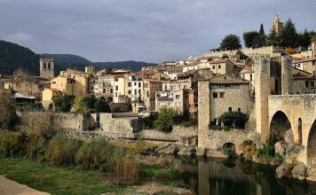 En la provincia catalana de Girona y apenas a 31 kilómetros de su capital, se encuentra Besalú, perteneciente a la comarca de La Garrocha