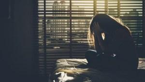 Mujer sufre depresión