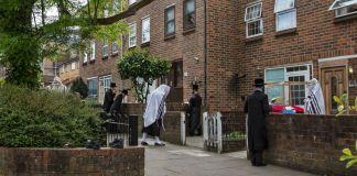 La policía de Londres disolvió una boda ultraortodoxa ilegal con 400 participantes que se llevó a cabo en una escuela judía Jaredí.