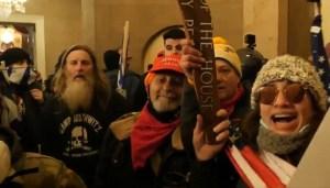 Simpatizantes de Trump dentro del Capitolio el 6 de enero de 2021