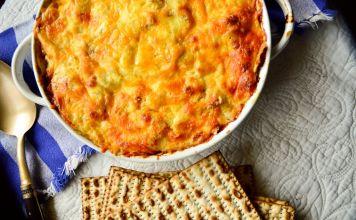 Estos Macarrones con queso y matzá están llenos de queso, son cremosos y abundantes, servido con una gran ensalada y tienes una comida completa.