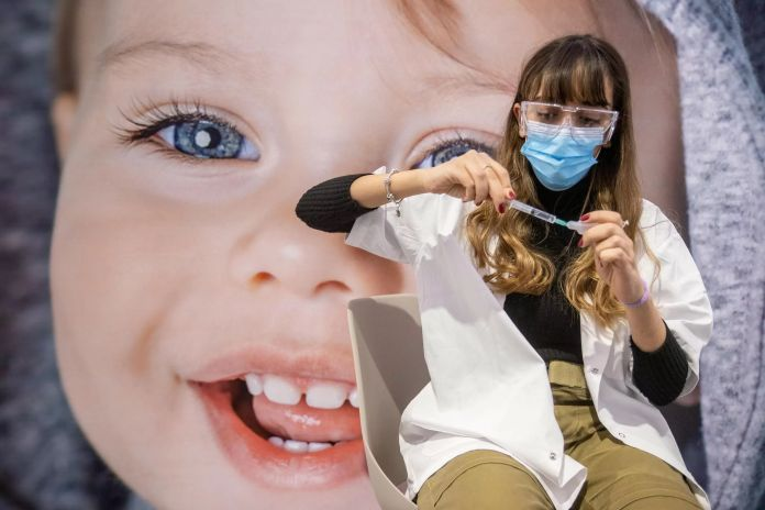 Una trabajadora médica prepara una inyección de vacuna COVID-19, en un centro de vacunación en Jerusalén.