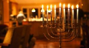 Imagen de una Janukiá dentro de un hogar judío