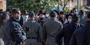 Ultraortodoxos y policías durante un confinamiento por COVID-19 en Israel