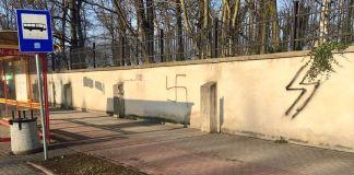 Un individuo garabateó una esvástica y el símbolo de las SS nazis en una pared de un cementerio judío en la ciudad de Oświęcim, Polonia