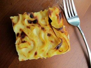 Este Kugel es una receta con un resultado muy parecido a una tarta de queso clásica, la única diferencia son los puñados de chocolate blanco.