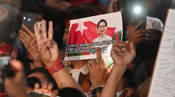 Un manifestante sostiene una imagen de la líder civil de Myanmar detenida Aung San Suu Kyi durante una manifestación de condena del golpe militar frente a la embajada de Myanmar en Bangkok, Tailandia, el 4 de febrero de 2021 (Mladen Antonov / AFP a través de Getty Images).