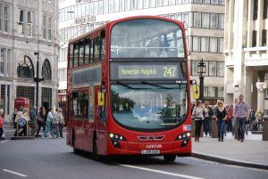 Una mujer en un autobús de Londres golpeó a un sobreviviente del Holocausto de 80 años y a su hijo, un rabino.