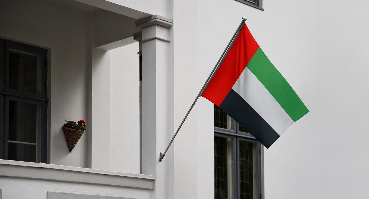 Bandera de Emiratos Árabes Unidos en un edificio