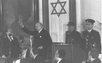 Poco después de que Israel ganara su independencia en 1948, la nación juró a su primer presidente. Jaim Weizmann prestó juramento el 17 de febrero de 1949