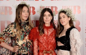 """La banda judía Haim está entrando en el negocio del cine. El trío pondrá la banda sonora de la película animada de Netflix """"The Witch Boy"""""""