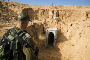 Un oficial del ejército israelí observa un túnel en el desierto