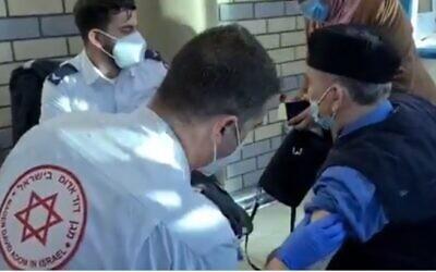 médico de Maguén David Adom vacuna a un trabajador palestino