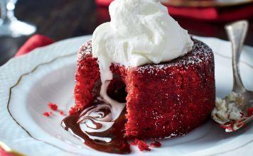 El Pastel de terciopelo rojo y lava de chocolatees el rey de los postres de chocolate. Nos gusta hacerlos en ocasiones especiales el día de San Valentín.