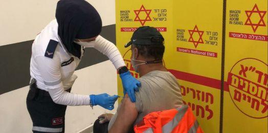 Israel vacuna a un primer grupo de 700 trabajadores palestinos
