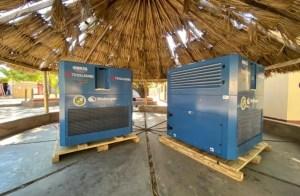 dos aparatos azulessobre una palataformabajor un techo de paja al aire libre