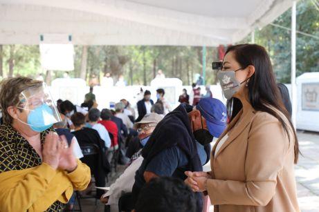 La Alcaldesa de Naucalpan Patricia Durán Reveles realizó recorridos para supervisar la primer jornada de vacunación