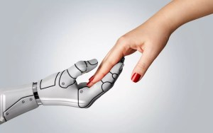 Mujeres se impulsan mediante inteligencia artificial