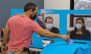Israelí votando en una urna electoral