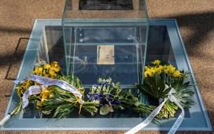 Inauguran monumento en Polonia en el 78 aniversario del levantamiento del gueto de Varsovia que consiste en un cubo de vidrio sobre una cámara subterránea