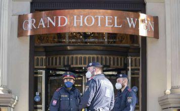"""agentes de policía permanecen frente al """"Grand Hotel Wien"""" en Viena, Austria, el 9 de abril de 2021, donde se llevan a cabo conversaciones nucleares a puerta cerrada con Irán."""