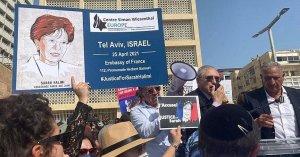 """Shimon Samuels, director de Relaciones Internacionales del Centro Wiesenthal, dio un discurso frente a la Embajada francesa en Israel en el que pidió aplicar el principio de """"jurisdicción universal""""."""